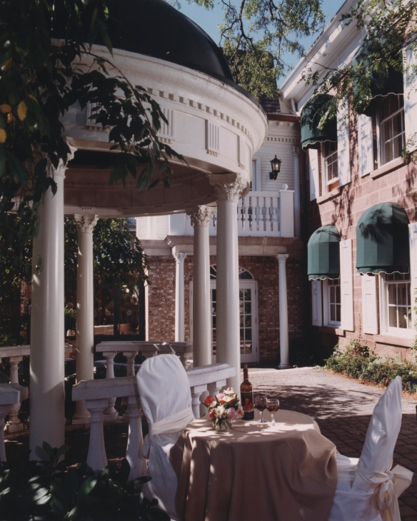the-brownstone-inn-chadsworth-columns-1